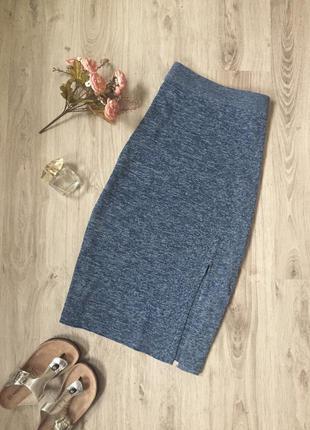 Трикотажная меланжевая юбка в рубчик с разрезом