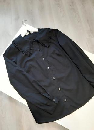 Чорна бавовняна сорочка з комірцем.