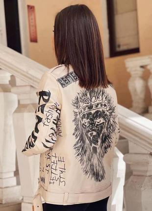 Удлинённая косуха лев