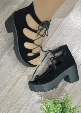 Чёрные замшевые босоножки на платформе протектор застёжка шнуровка через ножку