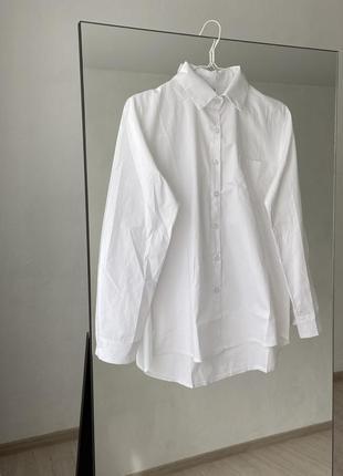 Белая хлопковая рубашка, классный крой, умеренно свободная