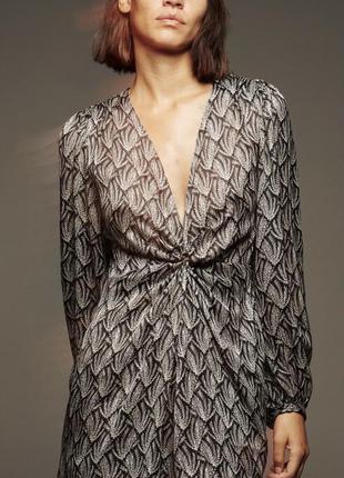 Красивое платье с интересным слегка блестящим принтом от зара zara
