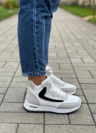Белые с серым утепленные высокие кроссовки