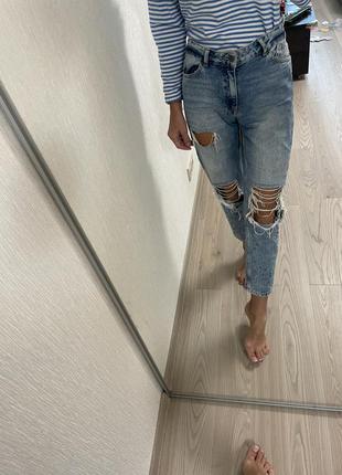 Рваные джинсы на высокой мом