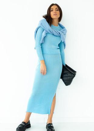 Голубой трикотажный костюм в рубчик с юбкой