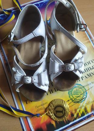 Танцювальні туфлі для маленької чемпіонки