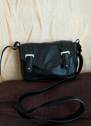 Черная кожаная сумка кроссбоди  m&s
