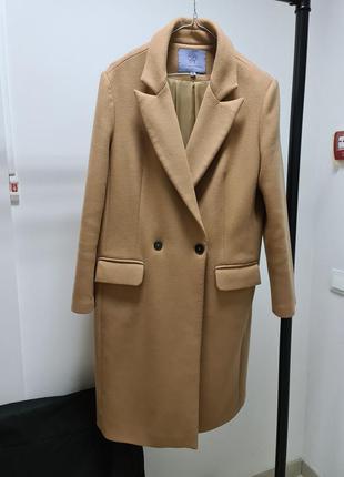 Бежевое тёплое пальто