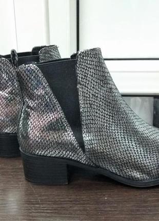 Демисезонные сапоги , серебряные сапоги , под змеиную кожу c резинками. ботинки