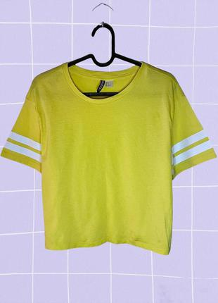 Желтая короткая футболка (кроп топ) с полосками на рукавах
