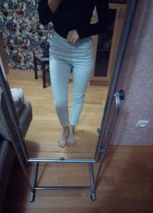 Светлые джинсы с высокой талией