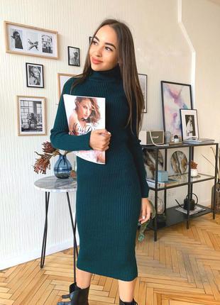 Женское вязаное платье миди ниже колен