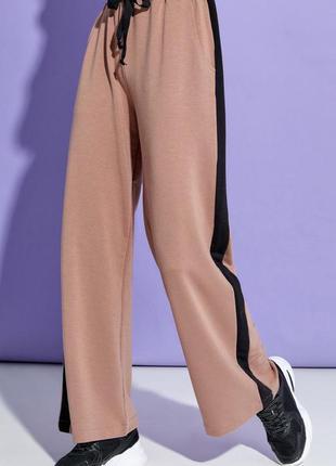 Коричневые широкие брюки с лампасами