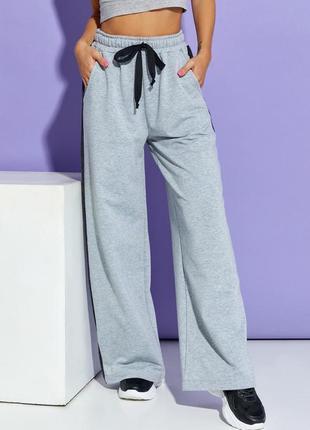 Серые широкие брюки с лампасами