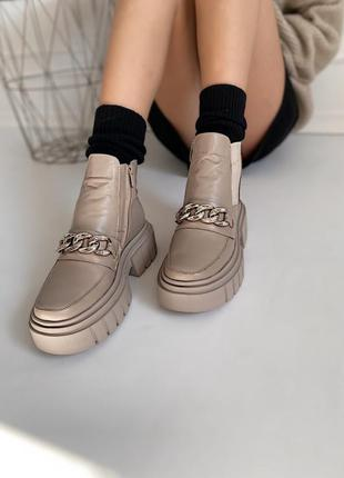 Стильні черевики з натуральної шкіри бежевого кольору з декоративною цепочкою, на масивні підошві, утеплені байкою