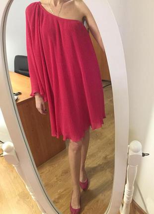 Яркое плиссированное малиновое коктейльное платье на одно плечо, next