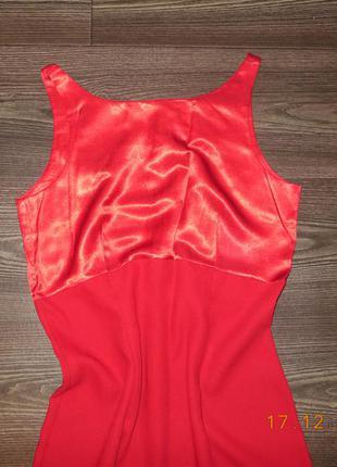 Платье ярко-красное с отрезным лифом.