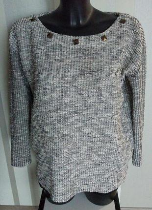 Клевый серо - рябой свитер с люриксом и заклепками