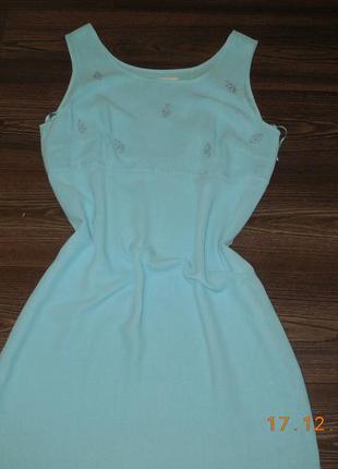 Платье нежно-голубое.