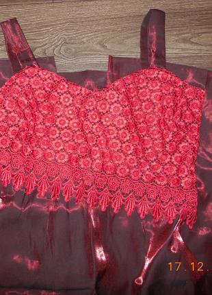 Платье бордо с красной нашивкой.