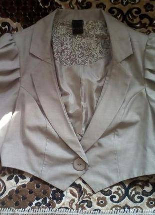 Укороченный пиджак бежевого цвета