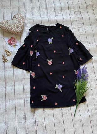 Красивое черное платье с вышивкой