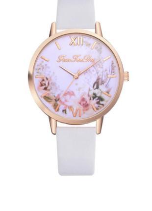 Бежевого цвета, модные часы , наручные женские часы
