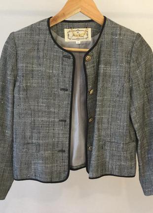 Пиджак с красивыми пуговками