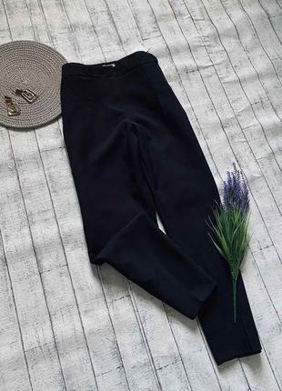 Базовые черные укороченные брюки со стрелкой высокая посадка