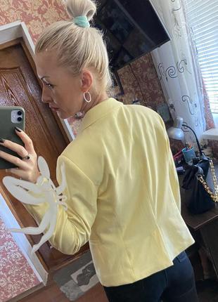 Красивого цвета жакетик пиджак для стильной девушки- s