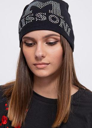 Женская шапка с камушками