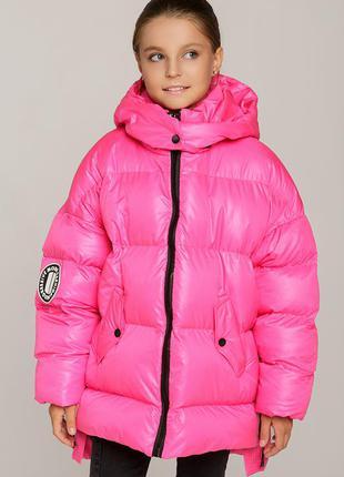 Яркая зимняя куртка оверсайз пуховик для девочки с капюшоном лаковая плащевка розовая