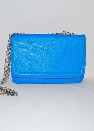 Голубая сумочка на длинной цепочке