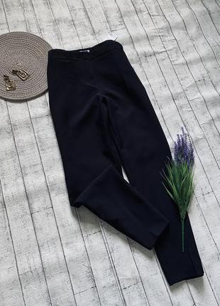 Базовые черные укороченные брюки со стрелкой