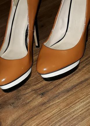 Лаковые туфли zara на высоком каблуке