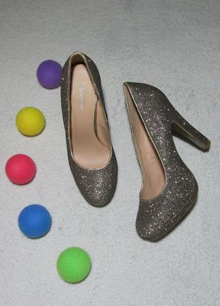 Золотистые туфельки на высоком удобном каблуке
