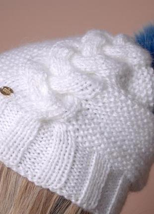 Очень нежная беленькая шерстяная шапочка с большим натуральным бубоном из песца