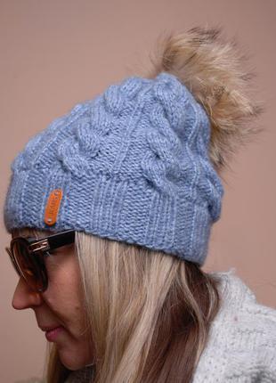 Тёплая зимняя шапочка с большим бубоном из натурального енота