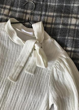 Молочная блуза с объёмными рукавами savida