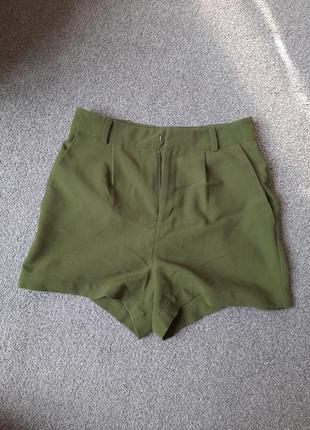 Зелёные шорты с поясом