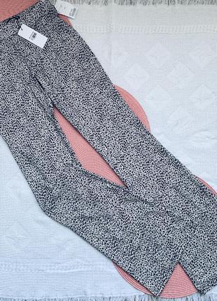 Стильные , клешонные штаны в животный принт