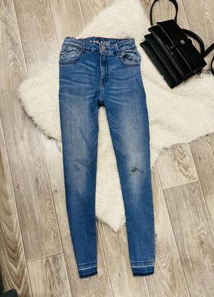Узенькие джинсы скинни