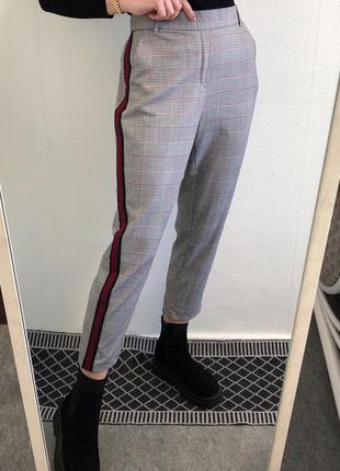 Стильные укороченные брюки в клетку с лампасами на резинке