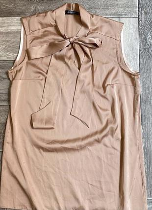 Блузка телесного цвета:)