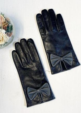 Черные кожаные перчатки с бантом