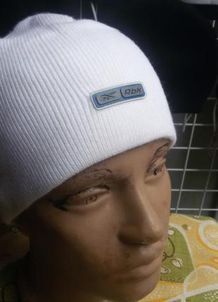 Женская шапка reebok в наличие.