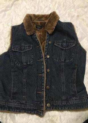 Классная джинсовая жилетка мехх