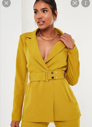 Красивый пиджак блейзер с поясом горчичного цвета