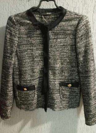 Кофта-пиджак очень красивая. liu jo