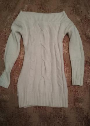 Білий светер з відкритими плечима